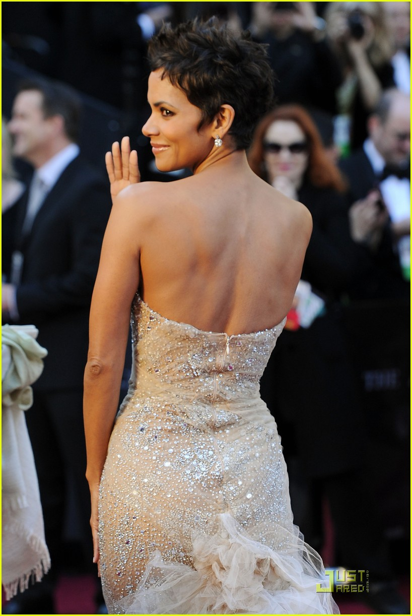 Halle Berry in Marchesa. Gorgeous dress. She is on here because I am so